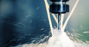 El trabajar a máquina industrial del CNC de la precisión del detalle del metal por el molino en la fábrica fotografía de archivo