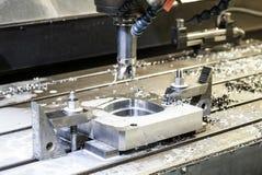 El trabajar a máquina industrial del CNC de la precisión del detalle del metal por el molino en el fa Imágenes de archivo libres de regalías