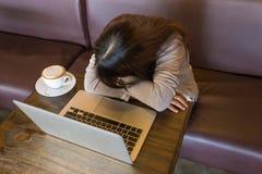 El trabajo adentro es el lunes por la mañana una pesadilla del empleado imagen de archivo libre de regalías