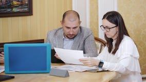 El trabajo com?n Mujer de negocios que discute con el supervisor un plan de trabajo almacen de video
