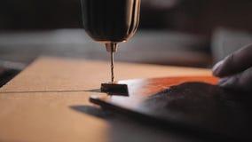 El trabajo de la máquina para perforar en la madera Primer de la rotación del taladro almacen de metraje de vídeo