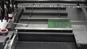 El trabajo de la máquina de SMT almacen de metraje de vídeo