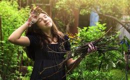 El trabajo de la muchacha del adolescente en el jardín cansó limpia su frente Fotografía de archivo libre de regalías