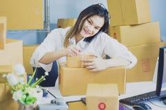 El trabajo de lanzamiento en el propietario de negocio del lugar de trabajo se est? preparando para entregar embalado en la cartu fotos de archivo libres de regalías