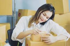El trabajo de lanzamiento en el propietario de negocio del lugar de trabajo se est? preparando para entregar embalado en la cartu imagenes de archivo