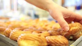 El trabajo de los confiteros cocina los dulces en tienda de pasteles metrajes