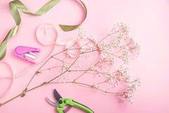 El trabajo de un florista profesional para crear ramos y concepto de las composiciones imagen de archivo