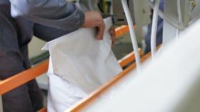 El trabajo embala bolsos en la producción - golpee un saco de grano almacen de video