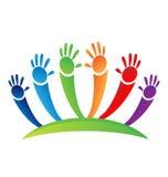El trabajo en equipo de los niños pintado da el logotipo del icono Fotos de archivo libres de regalías