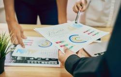 El trabajo en equipo está analizando estrategias del trabajo Para encontrar la mejor manera de crecer una compañía imagen de archivo libre de regalías