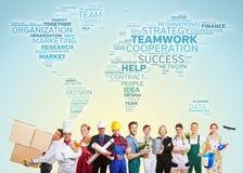 El trabajo en equipo internacional con muchos negocia foto de archivo libre de regalías