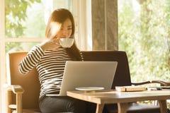 El trabajo independiente de la mujer adolescente joven hermosa con el ordenador portátil tiene co Fotografía de archivo libre de regalías