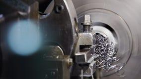 El trabajo industrial del metal agujerea proceso que trabaja a m?quina por la herramienta de corte en el torno automatizado almacen de metraje de vídeo