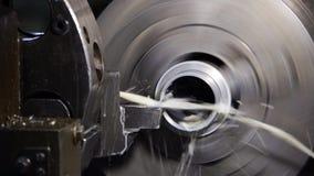 El trabajo industrial del metal agujerea proceso que trabaja a m?quina por la herramienta de corte en el torno automatizado metrajes