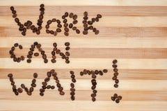 El trabajo puede esperar el texto de los granos de café Imagenes de archivo