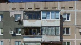 El trabajo sobre el externo aísla de un edificio de apartamentos almacen de video