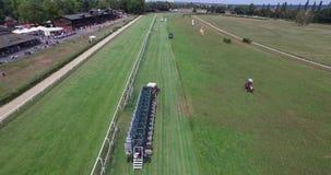El tractor aéreo del abejón 4k del circuito de carreras del caballo tira de comenzar la barrera metrajes