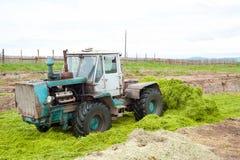 El tractor almacena encima de ensilaje Fotografía de archivo