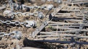 El tractor ara el campo con las paletas antes de sembrar Maquinaria agr?cola en el arado del campo almacen de metraje de vídeo