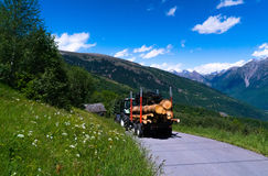 El tractor con abre una sesión las montañas suizas Foto de archivo libre de regalías