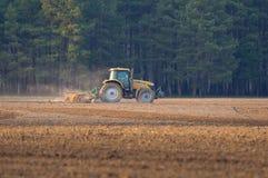 El tractor cultiva la primavera de caja Imagen de archivo libre de regalías