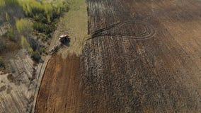 El tractor cultiva la tierra, arando el campo almacen de video