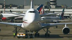 El tractor de la remolque empuja Boeing 747 de los UAE almacen de video