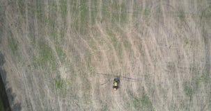 El tractor de la visión aérea da vuelta detrás en campo cosechado por el bosque almacen de video