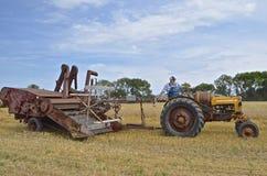 El tractor de Minneapolis Moline tira de una cosechadora de McCormick Imágenes de archivo libres de regalías