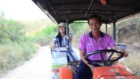 El tractor del uso de la gente tailandesa para los viajeros del servicio viaja a la montaña o a la ciudad Loei del PA Po de Phu d almacen de metraje de vídeo