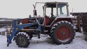 El tractor está en la yarda Invierno Campo almacen de metraje de vídeo