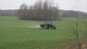 El tractor funciona en el campo almacen de video