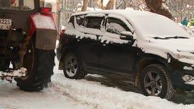 El tractor limpia la yarda de nieve