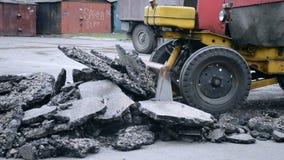 El tractor mueve el asfalto almacen de video