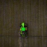 El tractor que rocía el campo con las sustancias químicas en la primavera Foto de archivo