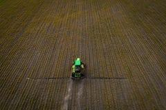El tractor que rocía el campo con las sustancias químicas en la primavera Imágenes de archivo libres de regalías