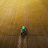El tractor que rocía el campo con las sustancias químicas en la primavera Imagenes de archivo