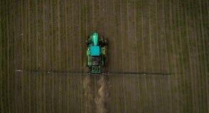 El tractor que rocía el campo con las sustancias químicas en la primavera Fotografía de archivo libre de regalías