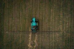 El tractor que rocía el campo con las sustancias químicas en la primavera Foto de archivo libre de regalías