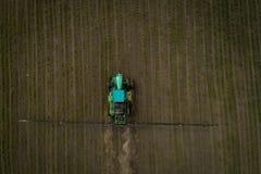 El tractor que rocía el campo con las sustancias químicas en la primavera Imagen de archivo