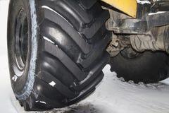 el tractor se coloca en la nieve Imagen de archivo