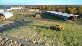 El tractor superior de la visión apisuena ensilaje cosechado en hoyo grande almacen de metraje de vídeo