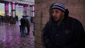 El traficante comprueba para saber si hay mercancías y esperar a un comprador Criminal nervioso metrajes