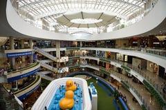El tragaluz, las tiendas y los niños juegan área dentro de Centro Comercial Santafe imágenes de archivo libres de regalías