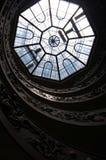El tragaluz sobre la escalera espiral dentro de los museos del Vaticano en Roma Imagen de archivo