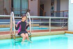 El traje de baño en relaja tiempo Fotos de archivo