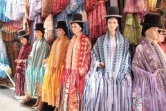 El traje del día de fiesta de las mujeres bolivianas tradicionales de Cholita Imagenes de archivo