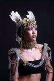 El traje del guerrero con el sombrero de la pluma blanca en la suposición hermosa hace u Fotos de archivo libres de regalías