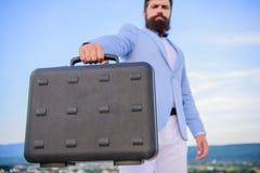 El traje formal del hombre de negocios lleva el fondo del cielo de la cartera Hombre de negocios que presenta el caso del negocio fotografía de archivo libre de regalías