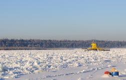 El transbordador conseguido se pegó en morones en un día escarchado en el medio del río siberiano ancho Foto de archivo